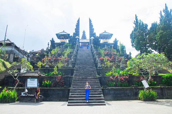 Phụ nữ phải quấn xà rông khi vào đền Mẹ ở Bali - Ảnh: DƯƠNG QUÁN HẠ