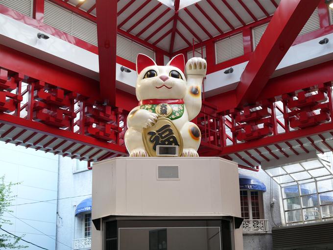 Đến đây, bạn sẽ mua sắm được những món quà lưu niệm, đồ điện tử, giày dép, quần áo, đồ ăn nhẹ… Hay có thể ghé thăm bức tượng lớn của maneki neko Nhật Bản để chụp hình lưu niệm. Ảnh: Fureai Plaza.