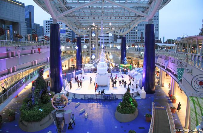 Sakae và Oasis 21  Sakae là một khu vực mua sắm chính ở khu trung tâm thành phố. Nơi đây có tất cả mặt hàng tốt từ mức giá rẻ, trung bình đến những thương hiệu nước ngoài. Gần khu vực mua sắm là công viên Hisayaodori, nơi thường được sử dụng để tổ chức các lễ hội cuối tuần. Ở cuối công viên là tháp truyền hình thành phố Nagoya, một điểm đến du lịch khác cho bạn khi đến Nagoya. Ảnh: Kanpaijapan.