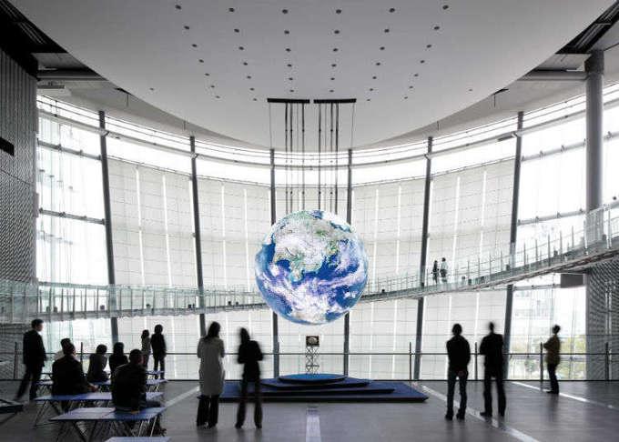 Bảo tàng Khoa học và Cung thiên văn  Đây là một bảo tàng cung cấp nhiều kiến thức về khoa học, những thứ xung quanh mình và cả vũ trụ. Bảo tàng được biết đến là một mô hình thiên văn lớn nhất thế giới, là nơi nghiên cứu học hỏi những điều huyền bí về trái đất. Mô hình thiên văn ở đây có đường kính 35 m, tái hiện một cách trung thực bầu trời sao trong vũ trụ và giới thiệu những điểm hấp dẫn của vũ trụ theo các chủ đề khác nhau. Ảnh: Livejapan.