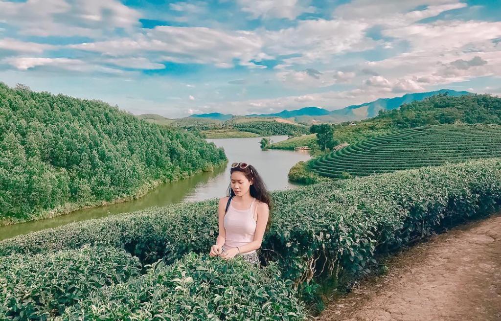 """Đồi chè Thanh Chương (Nghệ An): Được bao phủ bởi đập Cây Cau nước trong xanh, đồi chè Thanh Chương được gọi với cái tên """"Ốc đảo chè"""" độc nhất vô nhị tại Việt Nam. Đến đây, bạn có thể dừng chân nghỉ ngơi tại các túp lều quanh đồi chè và thưởng thức những ly chè thơm ngon từ người dân địa phương. Ảnh: @sandy.do, @vuongthuuyen."""