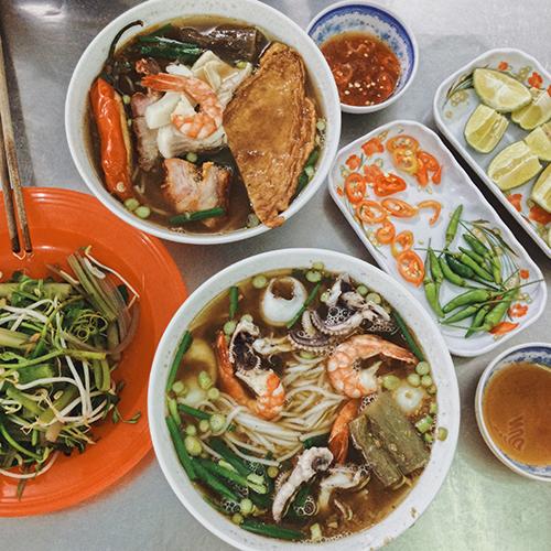 Bún mắm  Bún mắm là đặc sản miền Tây Nam Bộ có xuất xứ từ Campuchia. Thay vì dùng mắm prohok (bò hóc) của người Khmer, bún mắm ở Việt Nam được nấu bằng mắm cá linh hoặc cá sặt là hai loại cá phổ biến ở miền Tây.  Nước dùng là yếu tố quan trọng nhất quyết định độ ngon của bún mắm: có màu nâu của mắm nhưng phải trong và thơm ngọt vị cá. Trước đây chỉ có mắm chan bún, sau này người bán thêm miếng tôm, cá, thịt cho đa dạng. Món này ăn kèm với rau sống như rau muống chẻ ngọn, bắp chuối thái nhỏ, giá đỗ và rau diếp cá. Ảnh: Tâm Linh.