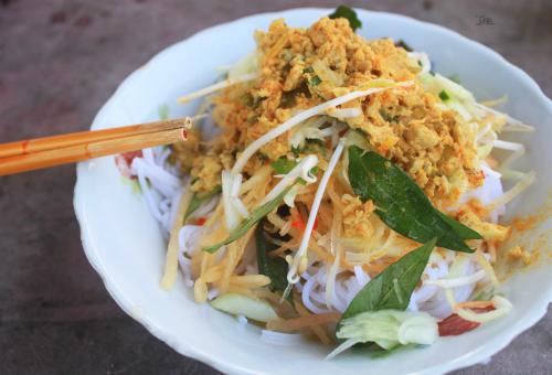 Bún kèn  Món ăn không mấy phổ biến ở các hàng quán và thường được người dân Kiên Giang nấu trong các bữa ăn hàng ngày. Dù vậy, du khách vẫn có thể tìm thưởng thức món ăn tại một số quán ở trung tâm thành phố Rạch Giá. Thành phần làm nên món này rất đơn giản, gồm bún tươi, cá lóc đồng và các loại rau thơm. Thịt cá sau khi nấu chín và xay nhuyễn sẽ xào với sả, ớt, tỏi cho đến khi khô và tơi như ruốc. Tô bún thường được người bán bày rau thơm, bắp chuối, dưa leo, giá hoặc đu đủ bào sợi ở bên trên. Khách khi ăn có thể cho thêm chút nước mắm mặn hoặc ớt, chanh theo sở thích. Tô bún kèn có giá khoảng 20.000 đồng và thường được bán vào bữa sáng. Ảnh: Hà Lâm.