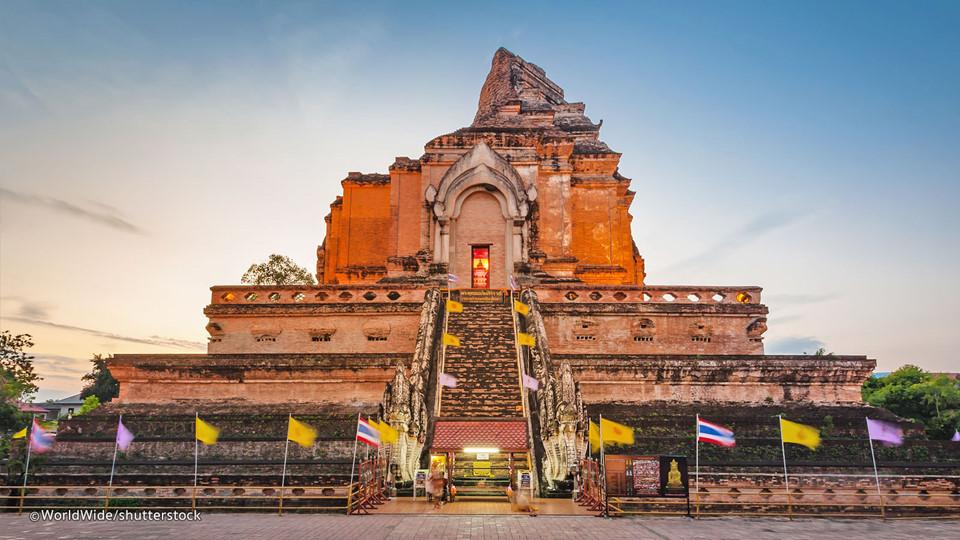 Thăm tường thành cổ: Khu thành cổ của Chiang Mai với những bức tường gạch, hào bảo vệ và pháo đài đem lại không khí xưa cũ. Tường thành đầu tiên được xây ở đây vào cuối thế kỷ 13, nhưng những pháo đài còn lại ngày nay là từ thế kỷ 18, được xây lại nhiều lần. Đây là nơi lý tưởng để bạn đi dạo dưới bóng cây và khám phá những bí mật thú vị. Ảnh: Shuttestock.