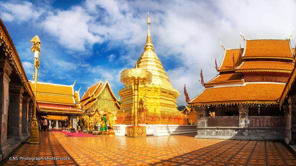 Thăm chùa vàng Wat Doi Suthep: Doi Suthep là ngọn núi cao hơn 1.000 m nằm phía tây Chiang Mai và là nơi tọa lạc của ngôi chùa linh thiêng Wat Doi Suthep. Từ đây, du khách có thể ngắm nhìn thành phố và thung lũng Ping phía dưới. Bạn có thể nghỉ đêm tại lều trong công viên quốc gia và đi leo núi ngắm cảnh. Ảnh: Shuttestock.