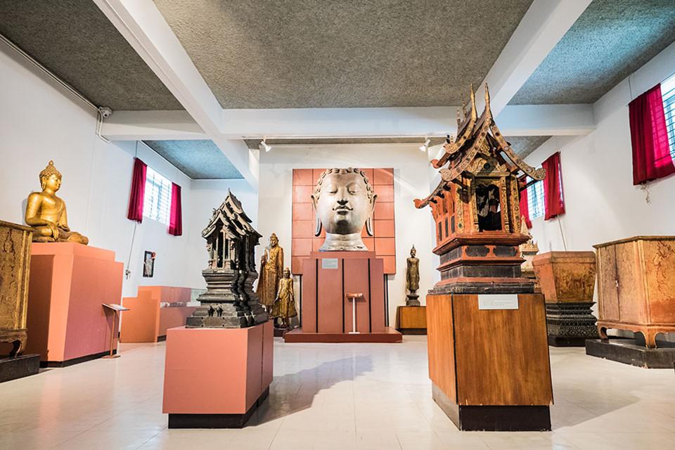 Khám phá bảo tàng: Hình thành từ năm 1296, Chiang Mai có lịch sử đầy biến động. Đây từng là thủ đô của vương quốc Lan Na trước khi bị bỏ hoang và dần sát nhập vào vương quốc Siam. Để tìm hiểu thêm, bạn có thể tới thăm bảo tàng Nghệ thuật và Văn hóa, trung tâm lịch sử hay bảo tàng Cuộc sống dân gian Lanna ngay gần khu phố cổ. Ảnh: Chiang Mai Art Conversation.