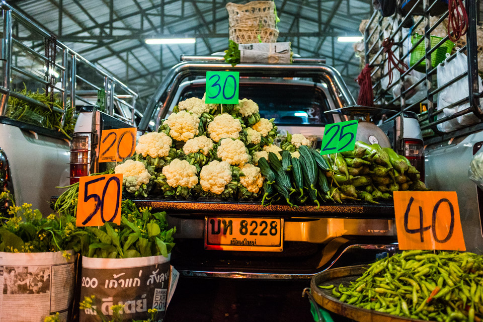Đi chơi chợ: Những khu chợ sôi động là nơi lý tưởng để du khách cảm nhận nhịp sống Chiang Mai. Bạn có thể tản bộ ở chợ bán buôn hoa quả, rau củ Muang Mai, thử trái cây khô hay trà Thái. Các chợ địa phương thường xuất hiện vào lúc bình minh, trong đó khu đông khách nằm ở cổng thành phố, với nhiều món ngon cho bạn thưởng thức như xúc xích sai oua hay sốt chấm nam phrik num. Ảnh: Vorkintheroad.