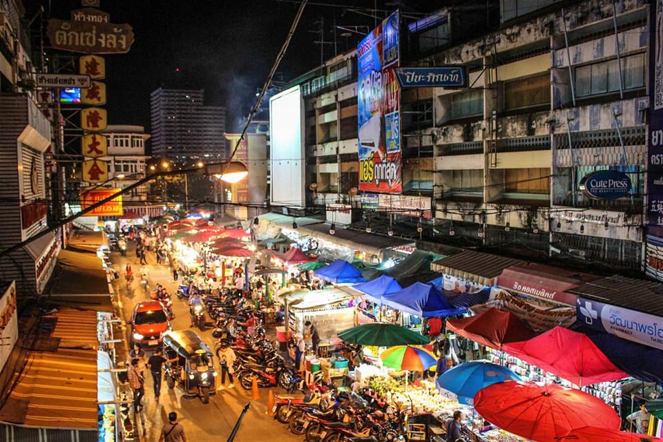 Đến đêm, các khu chợ là nơi lý tưởng để thử ẩm thực đường phố, như món cơm ăn cùng thịt hầm ở chợ đêm Chiang Phuak. Ngoài ra, đây còn là nơi buôn bán các mặt hàng thủ công mỹ nghệ địa phương, quà lưu niệm cho du khách. Ảnh: Vorkintheroad.