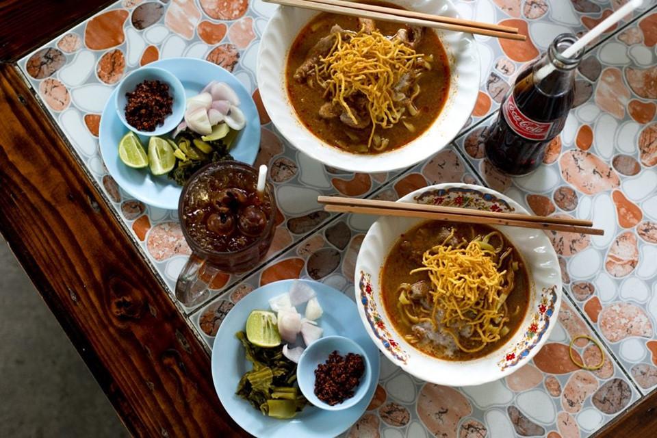 Trải nghiệm ẩm thực: Du khách nên thử món khao soi đặc trưng của Chiang Mai. Đây là món ăn trưa lý tưởng, với mì mềm và giòn, chan nước dùng có vị cà ri làm từ thịt gà hoặc thịt lợn. Các món khác được nhiều người ưa thích là kaeng hang lay - cà ri thịt lợn hầm nhừ với gừng; hay miang kham, gồm xoài xanh, hành, lạc và gừng cuộn trong lá lốt. Ảnh: 2foodtrippers.