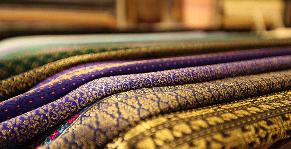 """Mua đồ thủ công: Miền Nam Thái Lan nổi tiếng với những ngành nghề thủ công độc đáo. Bạn có thể mua những chiếc khăn lụa dệt tay, đồ bạc, đồ gốm, ô... ở những """"phố đi bộ"""" dịp cuối tuần như đường Wualai hay đường Ratchadamnoen. Ngoài ra, du khách còn có thể tới các xưởng chế tác để tìm hiểu về quá trình làm ra những sản phẩm này. Ảnh: Chiangmai."""