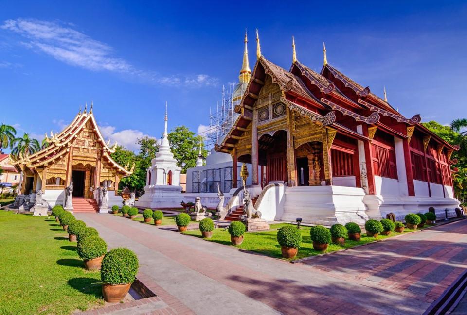 Thăm đền chùa: Chiang Mai và khu vực lân cận có khoảng 300 ngôi đền lớn nhỏ, với mái ngói nhiều màu, tượng chạm khắc ấn tượng theo chủ đề Phật giáo. Một số ngôi đền được du khách yêu thích như Wat Phra Singh và Wat Chedi Luang có kiến trúc độc đáo. Ngoài ra, những ngôi đền nhỏ hơn cũng có nhiều điều thú vị cho du khách khám phá. Ảnh: Travel141.