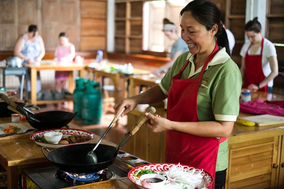 Học kỹ năng mới: Việc là người ưa học hỏi, Chiang Mai là điểm đến lý tưởng cho bạn. Thành phố có nhiều khóa học hấp dẫn và hợp túi tiền như nấu ăn, massage, thiền hay boxing. Bạn cũng có nhiều cơ hội để thử trở thành thợ làm trang sức, dệt lụa hay hướng dẫn yoga. Ảnh: Adventure Travel.