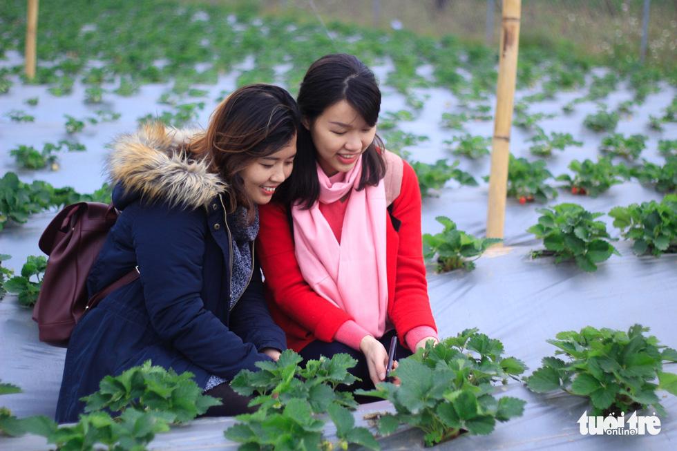 Bạn Đỗ Linh thích thú chụp ảnh cùng bạn thân - Ảnh: NGUYỄN HIỀN