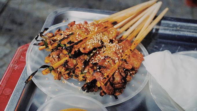 Thịt sau khi ướp và để cho ngấm thì kẹp vào một chiếc đũa rồi đem nướng bằng bếp than hồng. Đũa này sau khi nướng sẽ được tận dụng cho đến khi không còn dùng được nữa.