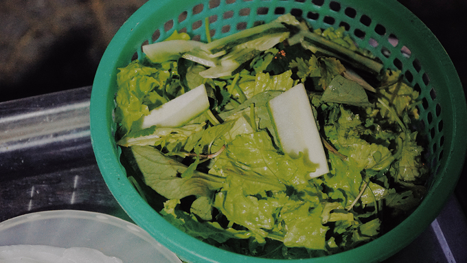 Rau ăn kèm được lấy từ làng Trà Quế - nơi nổi tiếng với các loại rau sạch và tươi ngon. Hầu hết quán ăn ở phố Hội đều lấy rau từ nơi này. Khách có thể gọi thêm rau hoặc dưa leo (dưa chuột) tuỳ thích.