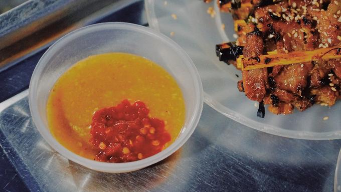 Độ ngon của món ăn hơn thua ở chén nước chấm. Người Hội An thường dùng tương đậu pha với đậu phộng thành thứ nước có độ sệt và cay. Nhiều quán còn cho thêm mè rang vào để tăng hương vị.