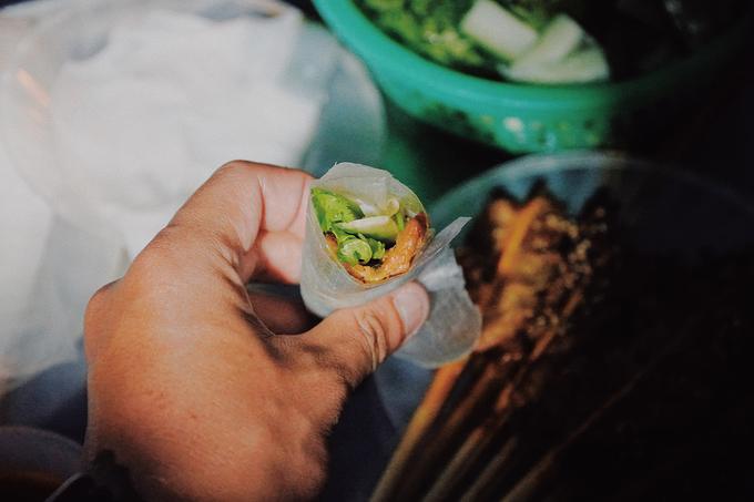 Khách lần đầu thưởng thức món ăn sẽ khá ngỡ ngàng vì cách ăn như gỏi cuốn mà tên gọi là bánh ướt. Nếu không biết cách cuốn, bạn đừng ngại hỏi thăm chủ hàng. Chiếc bánh ngon phải có đầy đủ các nguyên liệu. Chậm rãi chấm vào nước sốt rồi cho vào miệng, bạn sẽ cảm nhận được vị bùi bùi, mặn cay từ nước chấm trước rồi đến miếng thịt được ướp đậm đà hoà quyện với bánh ướt và rau.