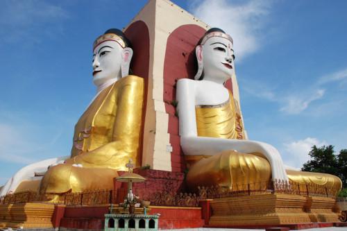 Chùa Phật Tứ Diện Kyaik Pun nằm ở thành phố Bago, đây là ngôi chùa không có tháp mà chỉ có 4 bức tượng Phật cao 30m dựa lưng vào nhau nhìn về 4 phía, biểu tượng của sự ngộ giác.