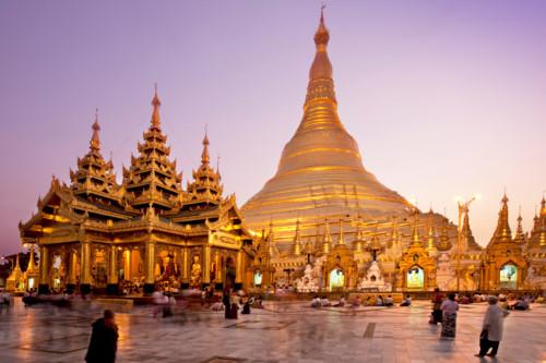 Chùa Vàng Shwedangon là một trong những công trình Phật giáo đẹp và linh thiêng nhất Myanmar. Toàn bộ ngôi chùa được dát vàng lộng lẫy và trang trí bằng nhiều viên kim cương, đá quý.