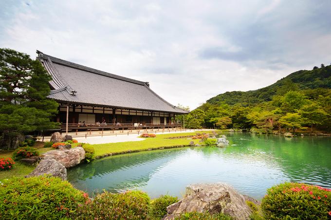Rừng tre rất gần với các điểm du lịch nổi tiếng khác của vùng Arashiyama. Ngay bên ngoài khu rừng là đền Tenryu-Ji gần 700 tuổi, một trong năm ngôi đền lớn của Kyoto. Công trình này được xếp hạng là Di sản Thế giới vào năm 1994. Ảnh: Poomillust.