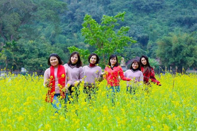 """Hoa cải nở vàng kết hợp cùng núi rừng hùng vĩ xung quanh tạo thành khung cảnh ai cũng muốn chụp ảnh cùng. """"Lần đầu tiên tôi đi chơi ở vườn hoa đẹp như thế. Tôi đã chụp rất nhiều ảnh"""", một du khách Hà Nội nói."""
