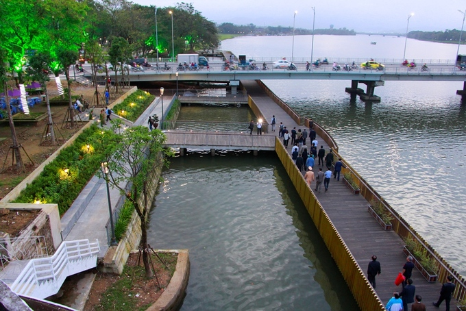 Cầu đi bộ lót sàn gỗ lim trên sông Hương được UBND thành phố Huế (Thừa Thiên Huế) khánh thành sau hơn 8 tháng thi công. Tuyến đường dài hơn 380 m, rộng 4 m được xây dựng ở bờ nam sông Hương từ tháng 2/2018 với tổng kinh phí 64 tỷ đồng. Đây là công trình thí điểm nằm trong dự án quy hoạch chi tiết hai bờ sông Hương, kinh phí 6 triệu USD do cơ quan Hợp tác quốc tế Hàn Quốc (KOICA) tài trợ.