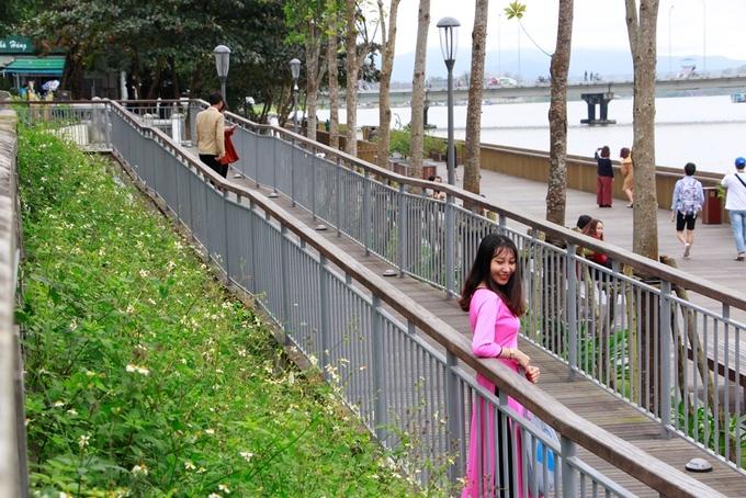 Một thiếu nữ xứ Huế mặc áo dài ra cầu đi bộ để check-in.