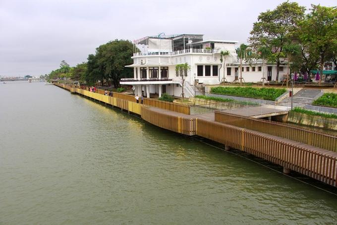 Tuyến đường lót sàn gỗ lim kết nối với phố đi bộ Nguyễn Đình Chiểu, công viên Lý Tự Trọng vừa được chỉnh trang tạo thành điểm nhấn cho bờ Nam sông Hương. Lãnh đạo địa phương kỳ vọng công trình này thu hút khách du lịch đến Huế nhiều hơn.