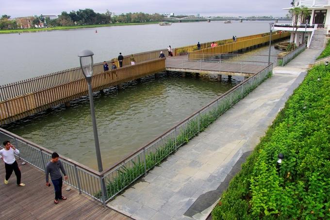 Nằm giữa cầu Trường Tiền và cầu Phú Xuân ngay trung tâm thành phố Huế, tuyến đường đi bộ lót sàn gỗ lim là địa điểm lý tưởng để ngắm hoàng hôn, bình minh trên dòng sông Hương.
