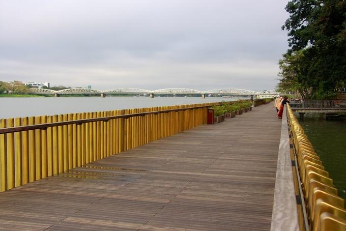 Hai bên tuyến đường là hệ thống lan can bảo vệ được làm từ những thanh đồng vàng bóng. Những lúc ánh nắng chiếu vào các thanh đồng sáng bóng rọi xuống dòng sông Hương thơ mộng.