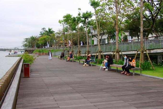 Trên cầu đi bộ thiết kế nhiều ghế ngồi để du khách và người dân dừng chân nghỉ ngơi ngắm dòng sông Hương.