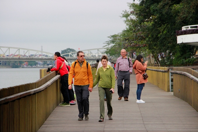 Nhiều du khách nước ngoài cũng tìm đến cầu đi bộ lót sàn gỗ lim tham quan, thưởng ngoạn dòng sông Hương về chiều.