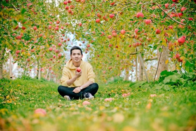 Nguyễn Hữu Quyên (Quyen Javi) là người Đà Nẵng hiện sống tại Nhật, có niềm đam mê du lịch và từng đặt chân đến hơn 20 nước trên thế giới. Trong đó, chuyến thăm vườn táo ở Nagano hồi tháng 1/2018, lúc vừa độ cuối thu, trời lành lạnh khiến anh chàng mê mẩn.