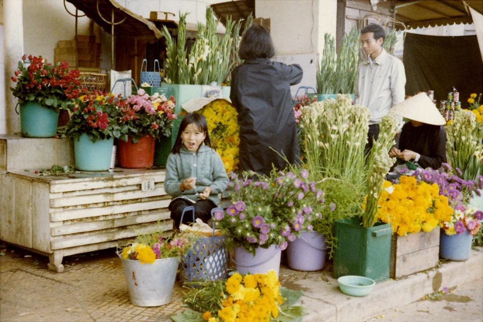 Đà Lạt vẫn vậy, dù cách đây hàng nửa thế kỷ hay trong hiện tại, thành phố vẫn gắn liền với những loài hoa. Ở mọi nẻo đường trong thành phố, du khách không khó bắt gặp đủ loại hoa rực rỡ sắc màu. Thời tiết ở Đà Lạt là điều kiện thích hợp cho việc trồng hoa và cây cảnh. Ảnh: Tom Petersen.