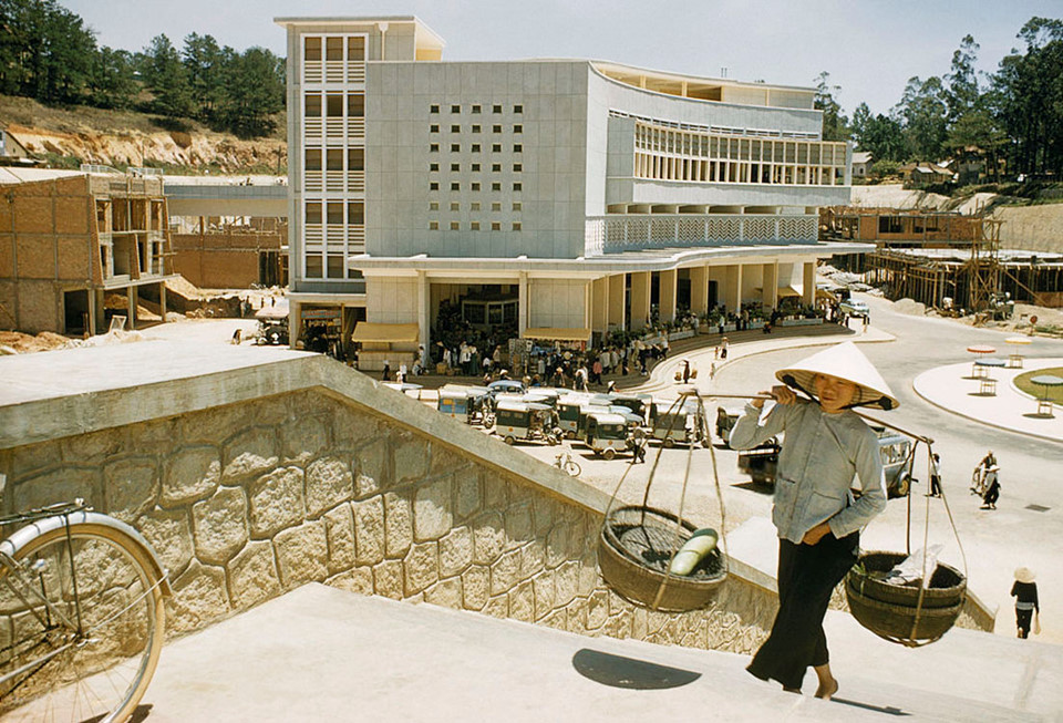 Chợ Đà Lạt chính thức được khởi công xây dựng vào năm 1958, có 3 tầng và là một trong những chợ lầu đầu tiên ở Việt Nam. Ảnh: Wilbur E. Garrett.