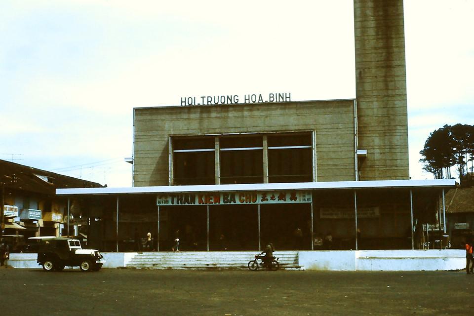 Chợ Đà Lạt nằm ở khu Hòa Bình, ngày nay là trung tâm thương mại của thành phố, tọa lạc trên trục đường chính Nguyễn Thị Minh Khai và được xem là trái tim của Đà Lạt. Không chỉ là nơi giao thương, khu chợ còn là biểu tượng du lịch của thành phố cao nguyên. Địa điểm rạp hát Hòa Bình từng là bối cảnh cho bộ phim Tháng năm rực rỡ. Ảnh: John Aires.