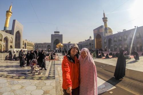 Daniel và Gina khám phá thánh đường Hồi giáo Haram-e-Razavi nổi tiếng của Mashhad. Ảnh: Sunrise Odyssey.