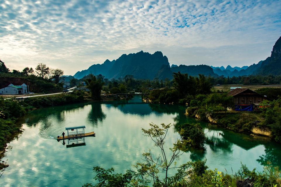 Điểm đến đầu tiên khi tôi đặt chân đến Cao Bằng là hồ Bản Viết, nằm trong xã Phong Châu, Trùng Khánh rộng mênh mông, được bao quanh bởi những ngọn núi, thảm thực vật phong phú, đa dạng. Rừng được bao phủ bởi một màn sương huyền ảo, cây rụng lá đi nhiều vì những cơn mưa trước đó nhưng nhiêu đó thôi vẫn làm tôi trầm trồ và thích thú.