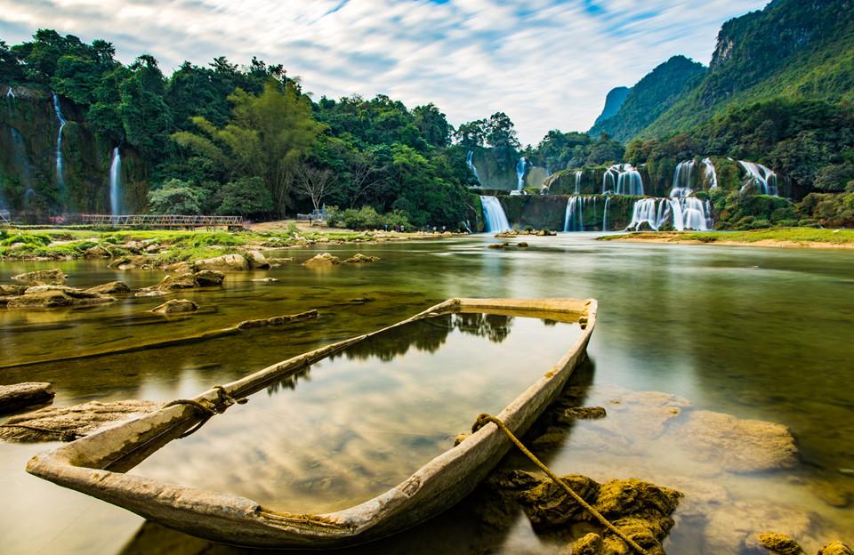 Thác Bản Giốc nằm trên sông Quây Sơn, miền biên giới giữa Việt Nam và Trung Quốc. Nhìn từ dưới chân thác, phần thác bên trái thuộc chủ quyền của Việt Nam thuộc tỉnh Cao Bằng, phần thác bên phải thuộc chủ quyền Trung Quốc thuộc thành phố Sùng Tả, Quảng Tây.