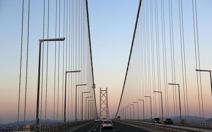 Du khách có thể tự lái xe hoặc đi bằng tàu thủy, xe buýt đến đảo Awaji từ thành phố Kobe. Từ ngày 5/4/1998, với cây cầu treo dài nhất thế giới Akashi Kaikyo, đảo Awaji được nối liền với thành phố Kobe (thủ phủ của Hyogo). Du khách có thể đến đảo Awaji bằng đường bộ thay vì chỉ đường thủy như trước đây.