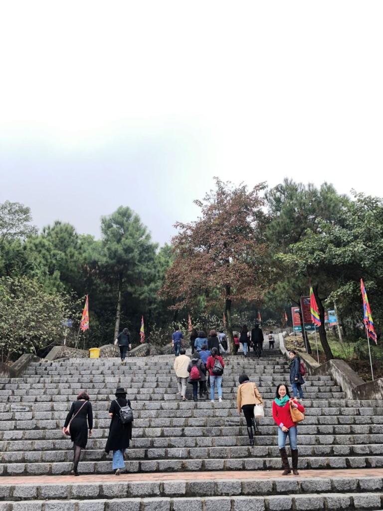 Lối lên Đền Cao là gần 400 bậc đá đều tăm tắp.