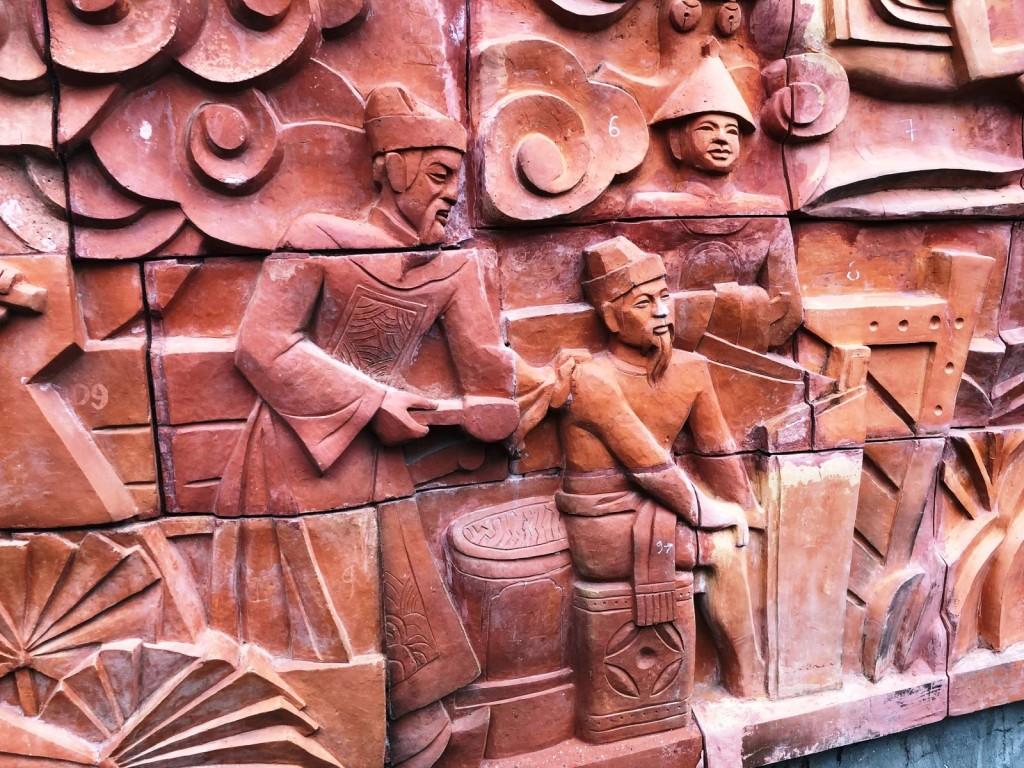 Phù điêu tái hiện Trần Quốc Tuấn tắm cho Trần Quang Khải để xóa bỏ hiềm khích cá nhân vì đại cục.