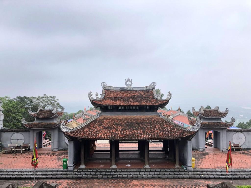 Cổng tam quan của Đền Cao.