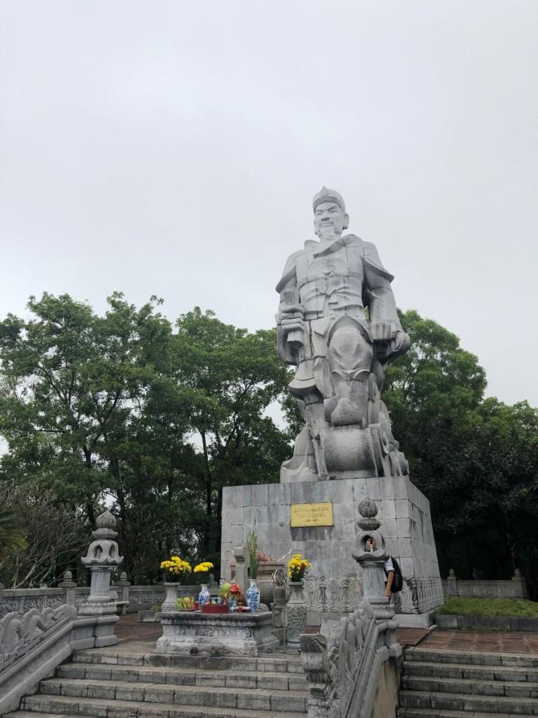 Tượng Đức Thánh Trần được tạc bằng đá xanh núi Nhồi Thanh Hóa, cao 9,7m. Bức tượng thể hiện một vị tướng văn võ song toàn, chân dung quắc thước nhưng nhân hậu.