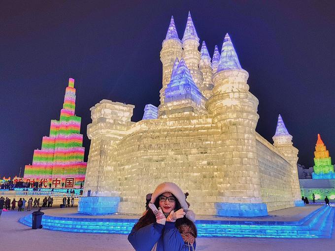 """""""Với mình, du lịch là đến những nơi mình mơ ước khi vẫn còn trẻ để sau này nhìn lại thấy mình đã có một thanh xuân thật đẹp. Và Cáp Nhĩ Tân, Trung Quốc là một trong những niềm mơ ước của mình"""", Thảo chia sẻ. Cáp Nhĩ Tân là thành phố thuộc tỉnh Hắc Long Giang ở cực bắc Trung Quốc, có biên giới giáp Nga nên thời tiết rất lạnh. Nhiệt độ khoảng - 20 đến - 30 độ C, nhiệt độ cảm nhận có lúc tận -35 độ C. Tuy lạnh thấu xương nhưng Cáp Nhĩ Tân lại là miền đất được gọi tên nhiều nhất mỗi khi đông về bởi lễ hội băng đăng lớn nhất thế giới."""