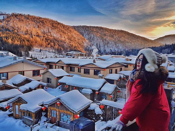 """""""Chắc hẳn người Việt Nam ai cũng mơ ước một lần được ngắm tuyết, được thấy tuyết rơi, được nghịch đủ các trò với tuyết. Mình cũng vậy. Mình mơ mộng giấc mơ tuyết trắng từ lâu lắm rồi. Mặc dù năm nay tuyết rơi không nhiều như mọi năm nhưng mình vẫn thấy hoàn toàn mãn nguyện với chuyến đi này. Mình thậm chí phải hét lên nhiều lần: 'Ôi thanh xuân của tôi đẹp quá' khi được tận mặt nhìn những cảnh mà tưởng chỉ có ở trong truyện cổ tích. Trước khi đi mình phân vân suốt một thời gian vì sợ lạnh nhưng đi rồi mới thấy quá tuyệt vời"""", Phạm Thảo nhớ lại chuyến đi vừa diễn ra cách đây vài tuần."""