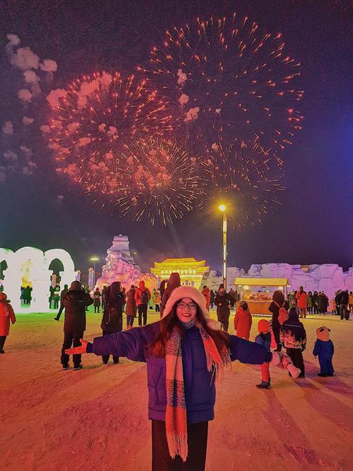"""Do đặt khách sạn ở trung tâm Cáp Nhĩ Tân nên di chuyển dễ dàng đến công viên Zhaolin và lễ hội băng đăng. Thảo tới đúng ngày khai mạc nên được xem màn pháo hoa hoành tráng. Giá vé khoảng 330 tệ. """"Thật sự là choáng váng vì quá đẹp, hoành tráng, lung linh. Toàn bộ các công trình đều được điêu khắc cắt ghép từ băng tỉ mỉ. Ảnh chụp lên không bằng 1/10 bên ngoài. Mình phấn khích, nhảy múa hát ca khi đến nơi, dù giá vé khá cao và trời rất lạnh, tuyết tan ngấm buốt hết chân. Ở đây lạnh quá nên dù đẹp cũng chỉ chơi 3-4 tiếng là chịu hết nổi rồi"""", cô cho biết."""