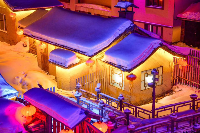 """Giá vé vào cổng khoảng 120 tệ, sử dụng trong 48h. Nơi này rất thích hợp để sống ảo, đặc biệt là khi ngôi làng lên đèn. Ánh sáng vàng tỏa ra từ từng mái nhà bám đầy tuyết """"tròn ú ụ"""" mang thương hiệu của ngôi làng."""