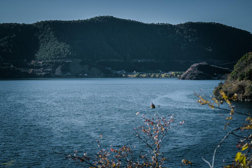 Tiếp giáp giữa Tứ Xuyên và Vân Nam, cách Lệ Giang khoảng 300 km, hồ Lư Cô không được nhiều người lựa chọn ghé thăm bởi quãng đường đến đây xa hơn Shangri-La và khá hiểm trở. Vùng đất này tập trung người dân tộc Mosuo sinh sống và thuộc vào số ít còn tồn tại chế độ mẫu hệ ở Trung Quốc.