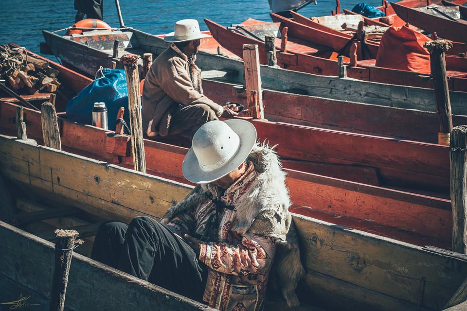 Bờ hồ có dịch vụ thuê thuyền đi dạo trong 30 phút hoặc 1 tiếng. Cá khô đặt sẵn trên thuyền để du khách tham gia trải nghiệm cho hải âu ăn. Ngoài ra, bạn cũng có thể thuê xe đạp để dạo quanh ngôi làng. Dường như mọi thứ từ thiên nhiên đến con người bên bờ Lư Cô đều tuân thủ nhịp sống chậm rãi, không chạy đua với thời gian.